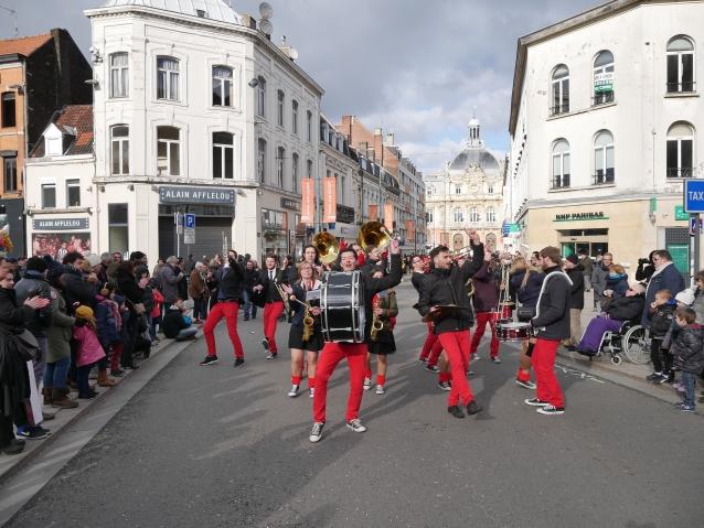 De Veghelse feestband dùbent zet de Franse straten op zijn kop.
